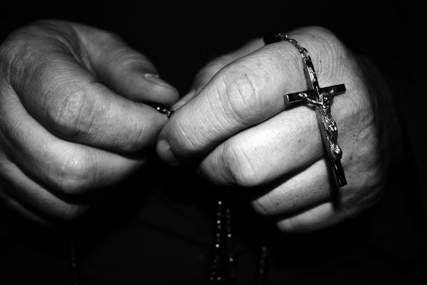 hands-with-rosary-bead